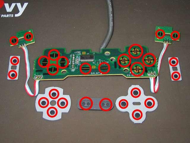 初代 PS コントローラー(デュアルショックなし) スプレーを使ってメンテナンス、基板とラバーパッドの接点部分に、接点復活王 ポリコールキングを綿棒の先端に吹きかけて接点を拭く