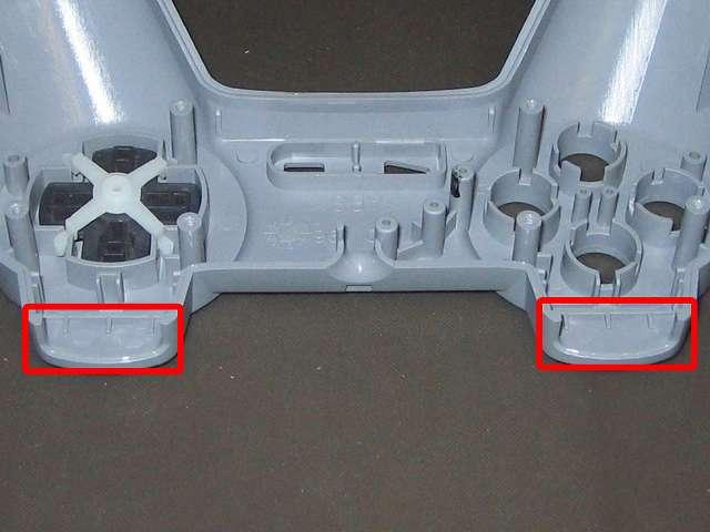 初代 PS コントローラー(デュアルショックなし) スプレーを使ってメンテナンス、プラスチックカバーの L1・R1 ボタン溝の部分にドライファストルブを噴射