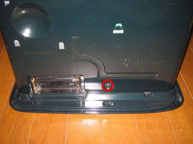 トヨトミ 石油ストーブ RS-S23C クリーニング・メンテナンス作業、本体の両側面と背面にある止めネジ 3本を取り外す