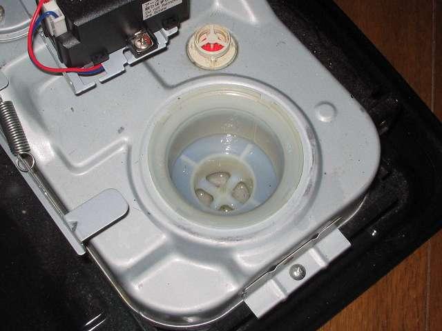 トヨトミ 石油ストーブ RS-S23C クリーニング・メンテナンス作業、石油ストーブ本体の油受けざらに取り付けられている白いプラスチックが油受け