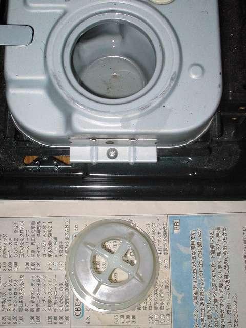 トヨトミ 石油ストーブ RS-S23C クリーニング・メンテナンス作業、油受けを取り出して油受けざら内の灯油を市販の給油ポンプ(手動式)で抜き取る、残った灯油や汚れを布切れなどで吸い取りきれいにする