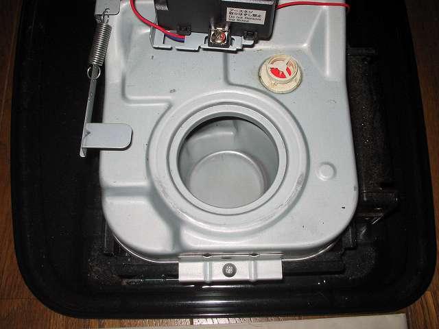 トヨトミ 石油ストーブ RS-S23C クリーニング・メンテナンス作業、残った灯油や汚れを布切れなどできれいに吸い取ったあとの油受けざら内