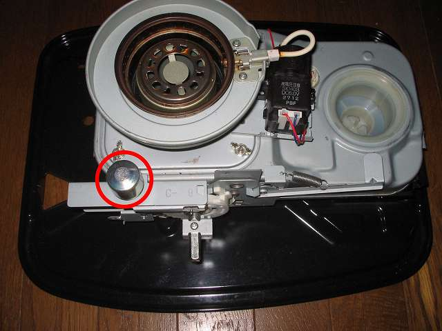 トヨトミ 石油ストーブ RS-S23C クリーニング・メンテナンス作業、感震部(画像赤丸)をやわらかい布できれいに拭く、ストーブ内の汚れは濡れた布でふいて落とし、乾いた布で水気を取る