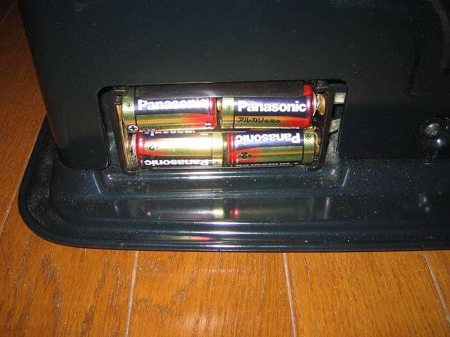 トヨトミ 石油ストーブ RS-S23C クリーニング・メンテナンス作業、電池ケースに乾電池をセットする