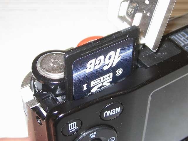 Transcend SDHC カード 16GB Class10 無期限保証 TS16GSDHC10E FFP Nikon デジタルカメラ COOLPIX A10 の電池/SD カードカバーを開き差し込む