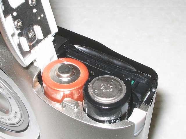 Transcend SDHC カード 16GB Class10 無期限保証 TS16GSDHC10E FFP Nikon デジタルカメラ COOLPIX A10 の電池/SD カードカバーを開き、奥まで差し込みセットする
