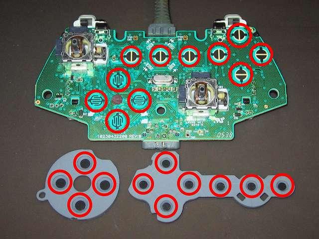 Xbox 360 コントローラー(ホワイト) スプレーを使ってメンテナンス、基板とラバーパッドの接点部分に、接点復活王 ポリコールキングを綿棒の先端に吹きかけて接点を拭く