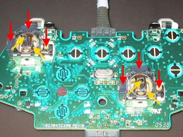Xbox 360 コントローラー(ホワイト) スプレーを使ってメンテナンス、エレクトロニッククリーナーでボリューム(赤矢印、正方形部品)?とタクトスイッチ(赤矢印、突起物があるスイッチ)内部の汚れを落としたあと、接点復活王 ポリコールキングを少量噴射してスティック操作して浸透させる。アナログスティックコントローラー内部(黄色矢印先)にシリコンルブスプレーを噴射してスティック操作で浸透させる