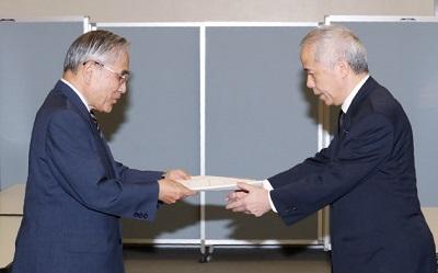 広瀬社長に報告書を手渡す田中委員長