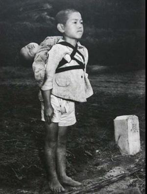 弟を背負った少年