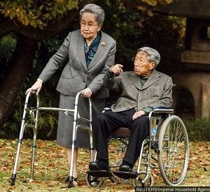 赤坂御用地を散策する三笠宮ご夫婦