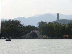 頤和園 玉帯橋 後方:玉泉山玉峰塔