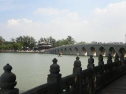 頤和園 湖南島より十七孔橋と廓如亭(かくじょてい Kuò rú tíng)