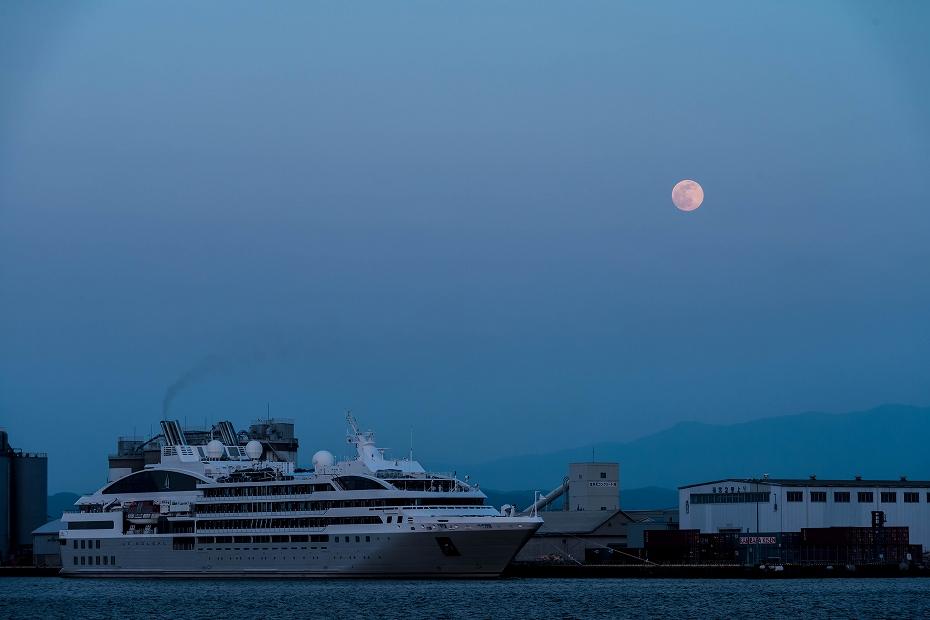 2016.05.21金沢港クルーズ船と満月一日前2
