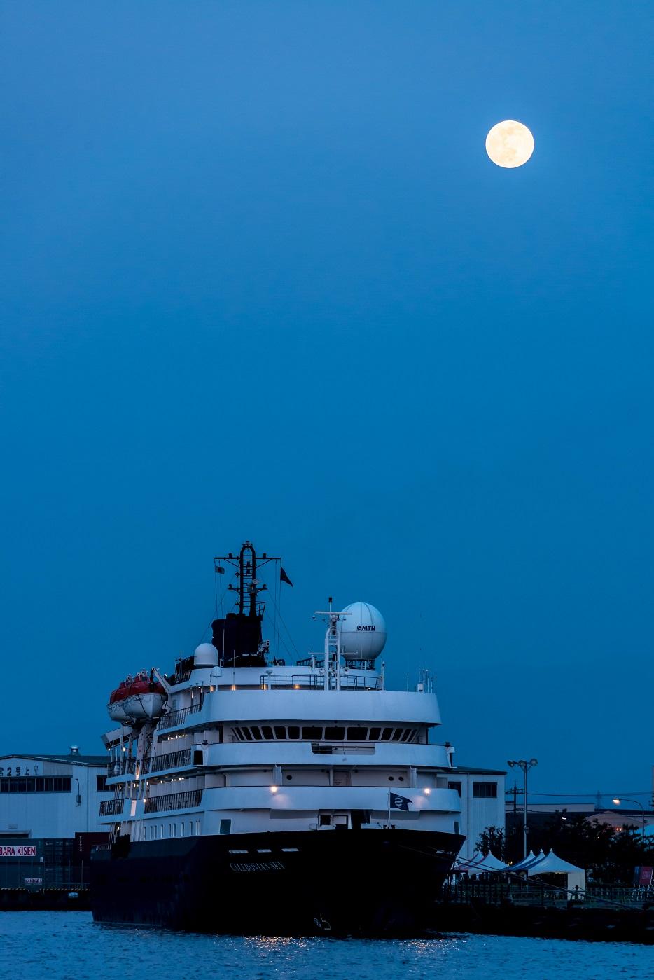 2016.05.21金沢港クルーズ船と満月一日前3