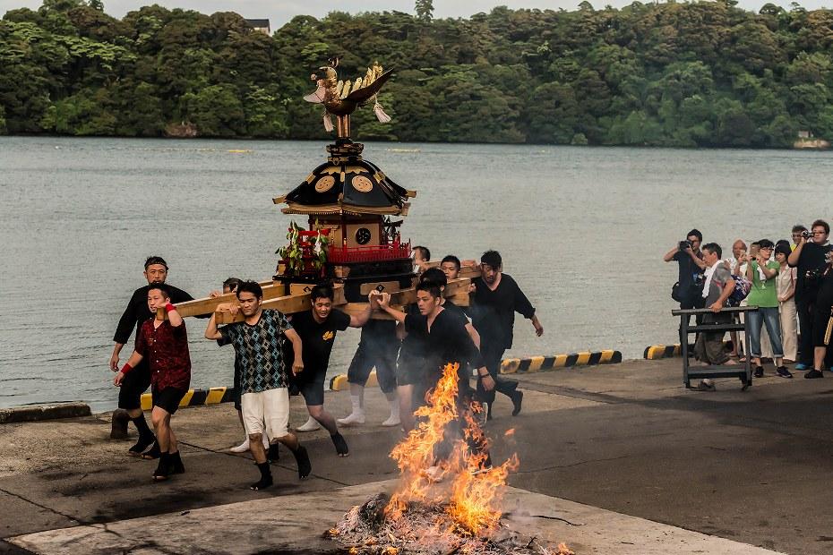 2016.07.02酒垂方神輿海へ火の中へ1