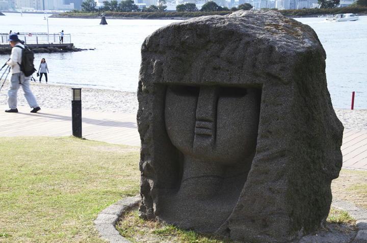 新島のモヤイ像-244