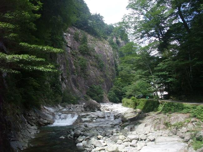 面河渓の100mをこえる壁
