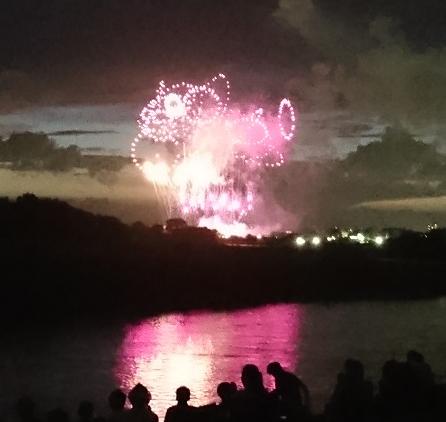 河川敷で花火1