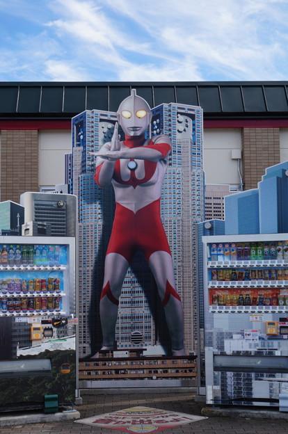 ウルトラマンが見守る自動販売機