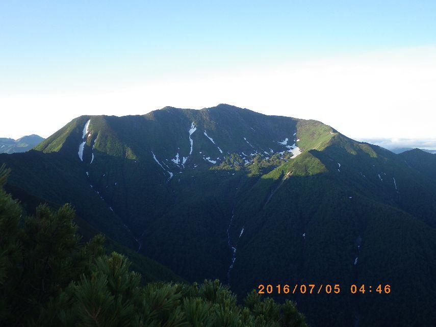 朝陽に輝く幌尻岳
