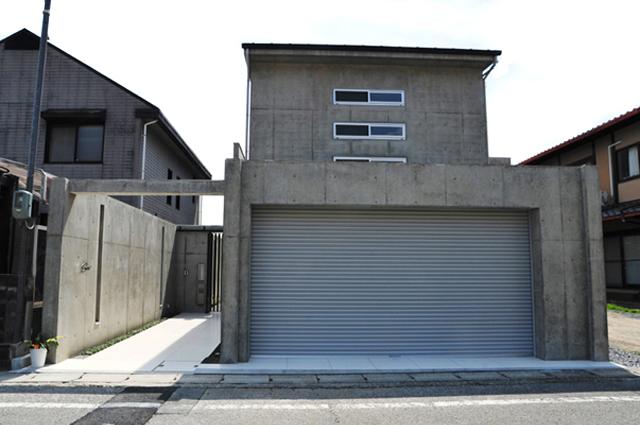 6.5mの玄関アプローチ、特注のスライド門扉と格子。