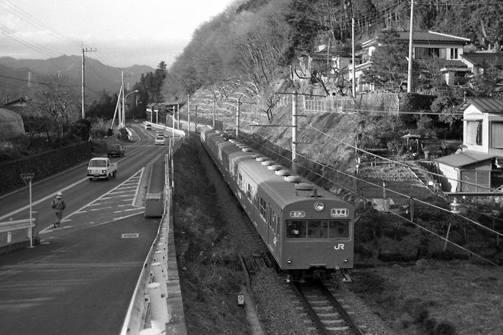 198712_日向和田駅〜石神前駅間103系