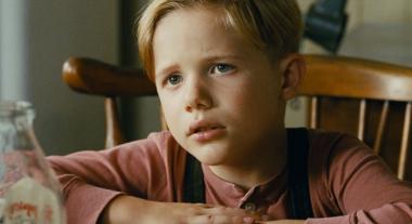 """アレハンドロ・モンテベルデ 『リトル・ボーイ 小さなボクと戦争』 """"リトル・ボーイ""""と呼ばれるペッパー少年(ジェイコブ・サルバーティ)がとても愛らしい。"""