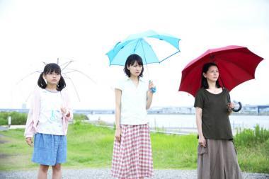 『ふきげんな過去』 爆弾を試してみる。カナ、果子、未来子は横一列に並ぶ。