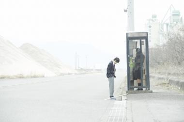 『マジック・ユートピア』 高校時代の佐藤とマユミのシーン。全体的に白のイメージ。