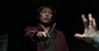 『ヒメアノ~ル』 殺人鬼・森田(森田剛)の様子。画面も急に暗くなる。