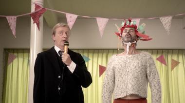 ディーデリク・エビンゲ 『孤独のススメ』 フレッド(トン・カス)はテオ(ロネ・ファント・ホフ)と余興でこづかい稼ぎ。テオはヤギの鳴きマネを披露する。