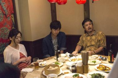 『葛城事件』 葛城清(三浦友和)は料理屋で店員に文句を垂れるが、周囲はそれを誰も止めることができない。