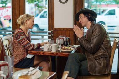 『ヤング・アダルト・ニューヨーク』 調子のいいジェイミー(アダム・ドライバー)はコーネリア(ナオミ・ワッツ)だけでなく、その父親である映画監督もまるめこんでしまう。