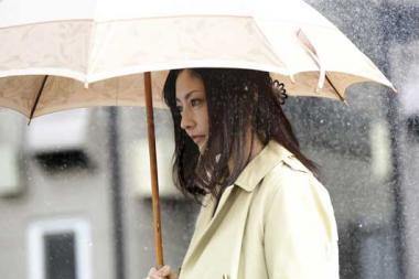 『だれかの木琴』 小夜子は雨の中海斗の家へと向かう。常盤貴子は最後まで硬い表情を崩さない。