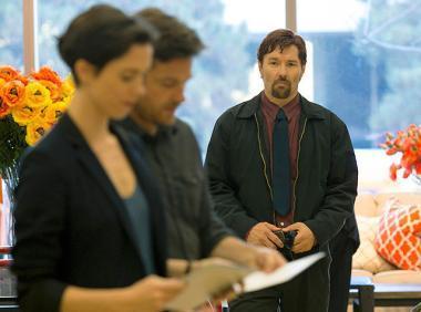 ジョエル・エドガートン 『ザ・ギフト』 サイモンとロビンの夫妻を見つめるゴード(ジョエル・エドガートン)。