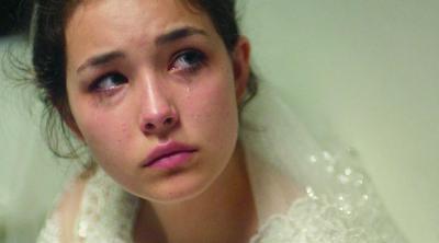 『裸足の季節』 次女セルマ(トゥーバ・スングルオウル)は結婚式当日になって涙を見せるのだが……。