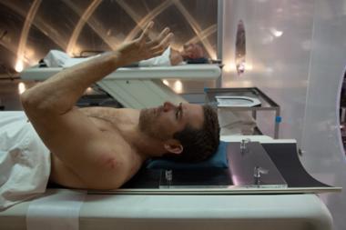 """ターセム・シン 『セルフレス/覚醒した記憶』 """"脱皮""""して新しい身体を手に入れる。手前がライアン・レイノルズ。"""