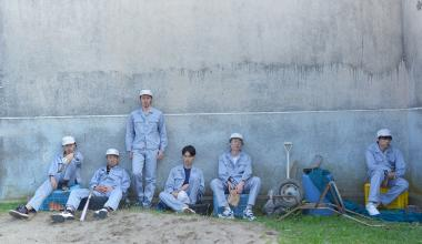 山下敦弘 『オーバー・フェンス』 職業訓練校の面々。何だか塀のなかにいるようにも見える。