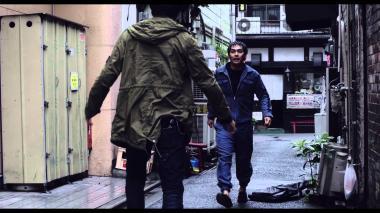 『ディストラクション・ベイビーズ』 泰良は誰もいない細い路地でケンカをふっかける。迫ってくる柳楽優弥が不気味!