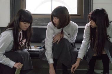 三島有紀子 『少女』 転校生・紫織(佐藤玲)は友達の自殺を発見してしまう。それを聞いたふたりは……。