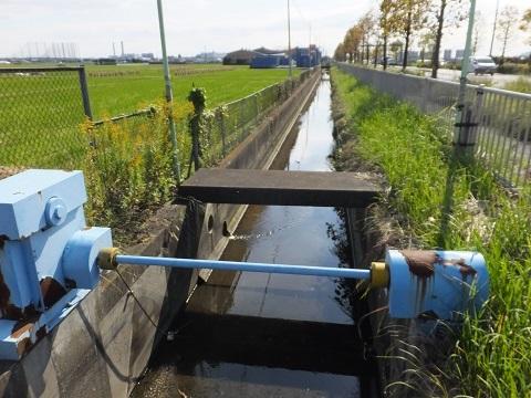 歌川分流排水路の取水堰・長沼入口信号