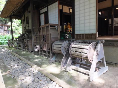 岡本民家園・昔の農機具展示