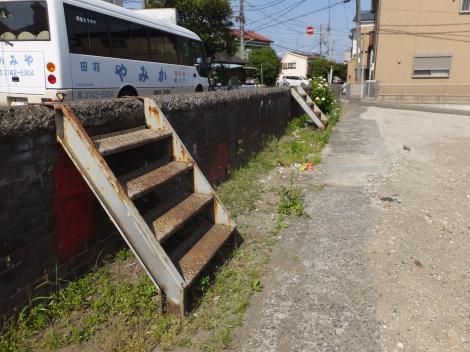 多摩川の赤レンガの堤防と階段
