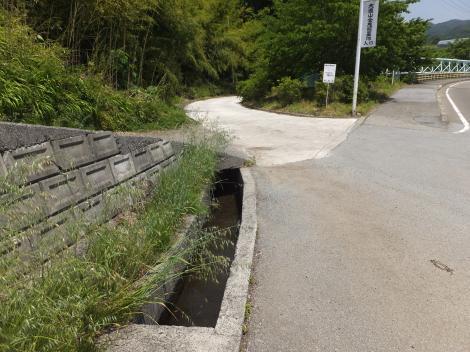 岩堂セギ円筒分水庫上流の用水路