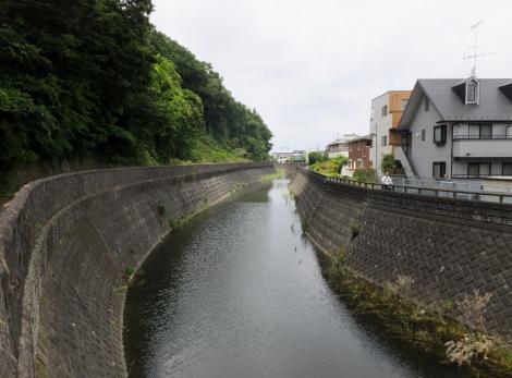 三沢川の農業用水取水施設より三沢川上流を望む