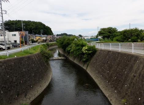 小園橋より目久尻川上流を望む
