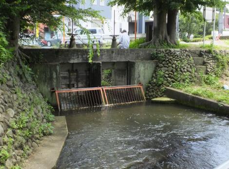 牛久保用水の水門・中津川橋北