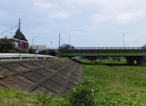 牛久保用水水門から中津川下流を望む