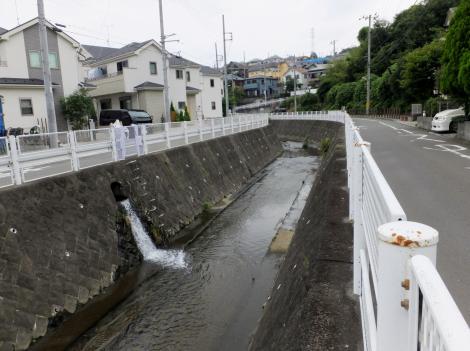 平瀬川に放流する住二所堰揚水施設用水路の余水排水